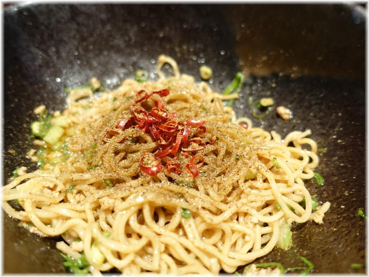 キング軒神田スタンド 汁なし担担麺3辛に鷹の爪と山椒