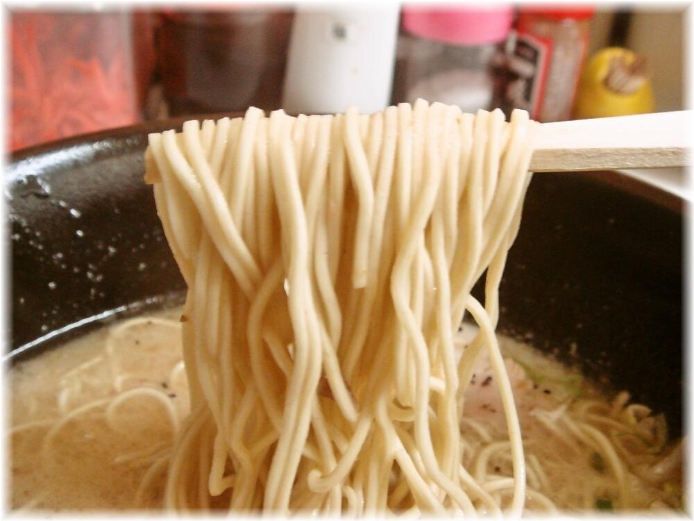 豚黒ラーメン ラーメン(こってり)の麺