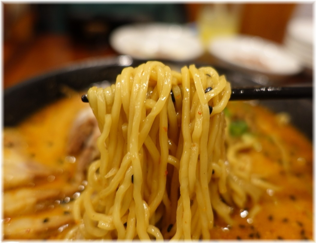 同心房 牛バラ担々麺の麺