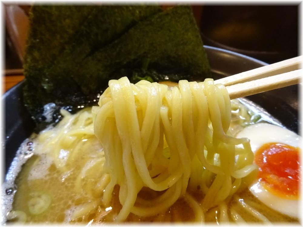 壱八家 らーめん(並)の麺