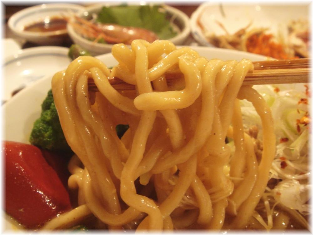 金町製麺 ポークスパイシー麺の麺