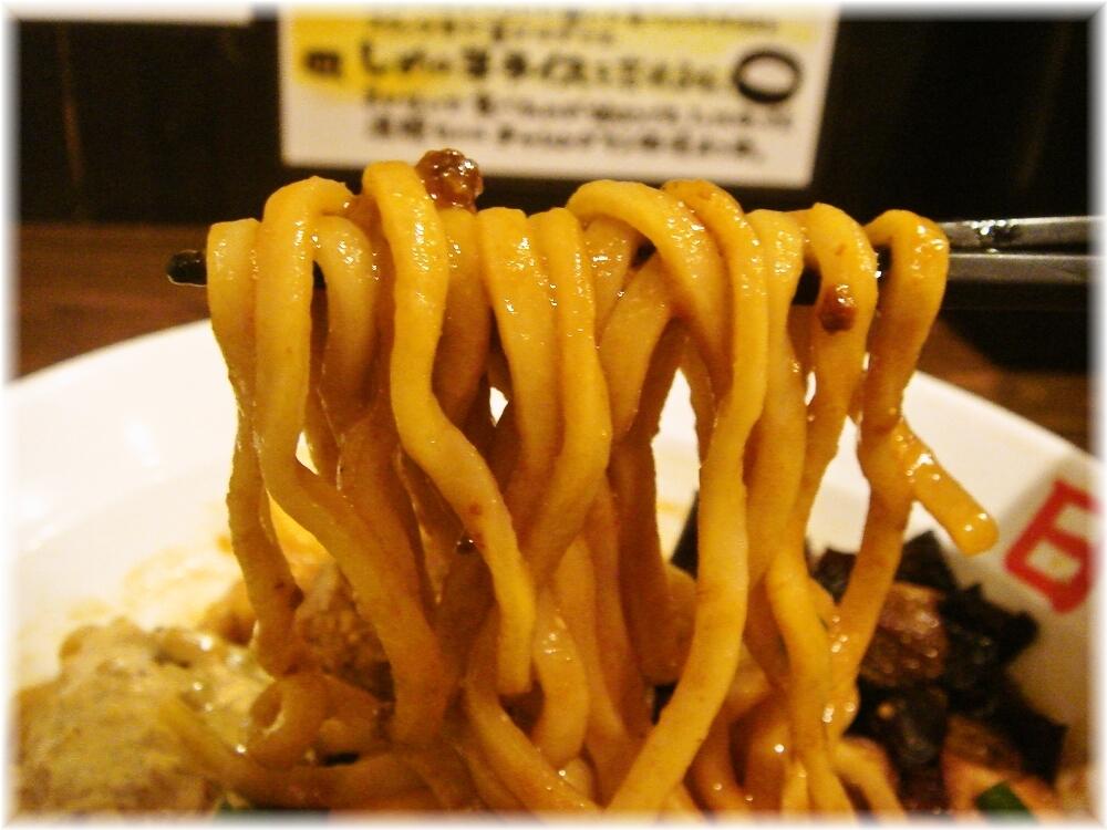 日の出らーめん田町分店 ガッツ麺DX(みそ味)の麺