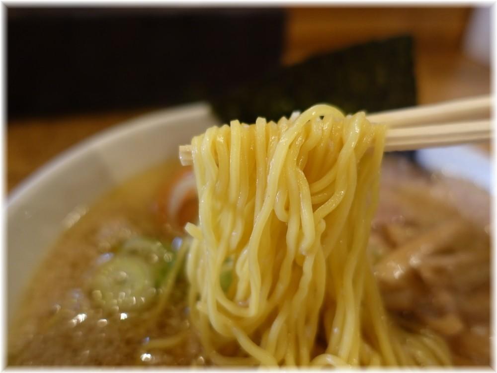 きくちひろき 中間醤油(背脂少々)の麺