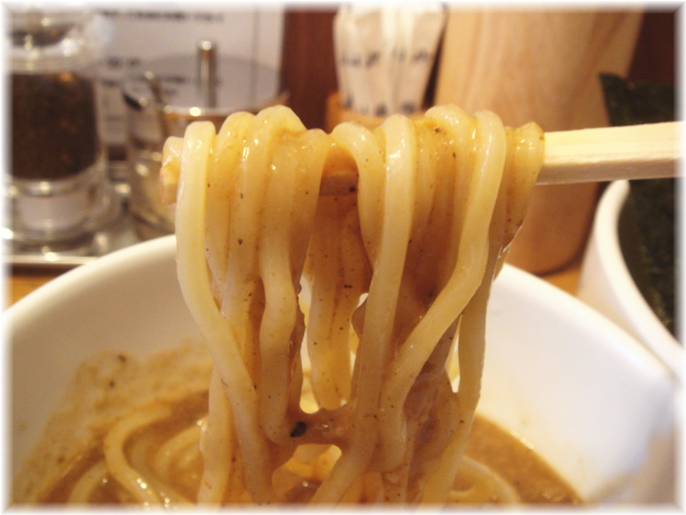 虎愼 味玉濃厚ニボつけ麺の麺