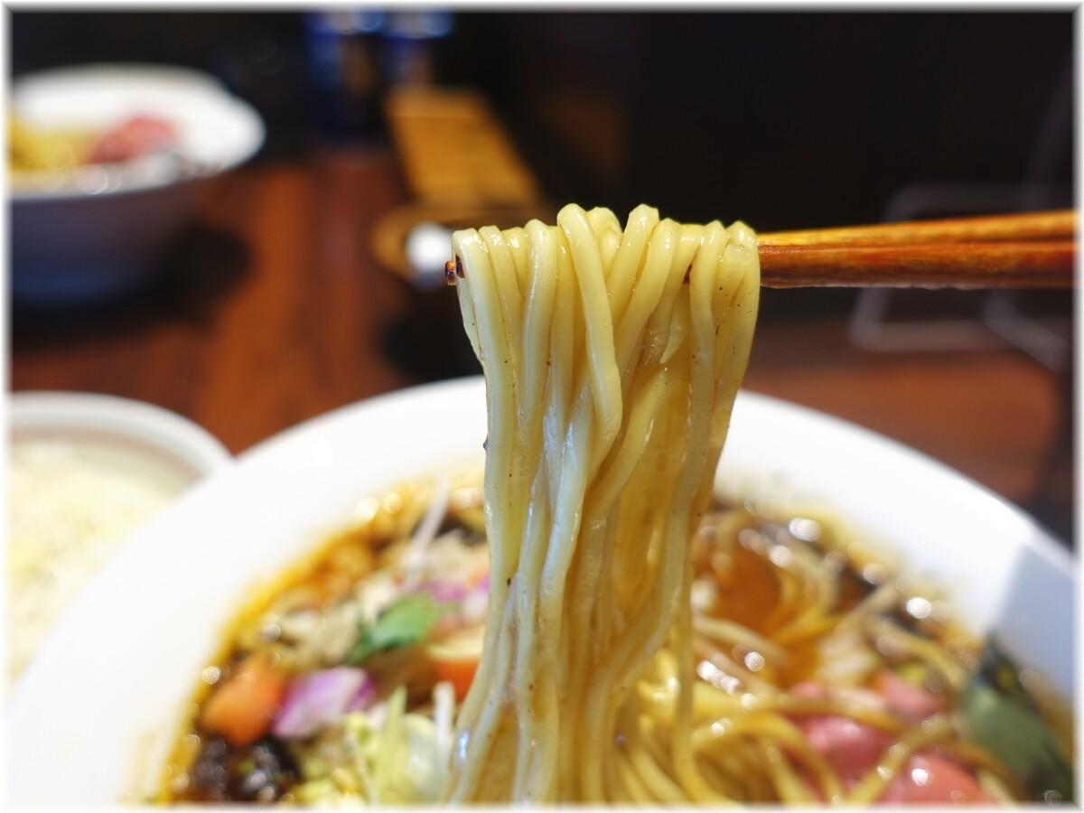 牛王 spicy curry牛骨らー麺の麺