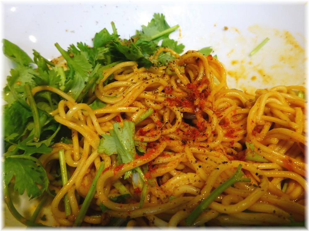 たんぽぽ 汁なし担々麺(細麺)に粒山椒と唐辛子