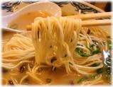 由丸 博多ラーメン(味濃い目)の麺