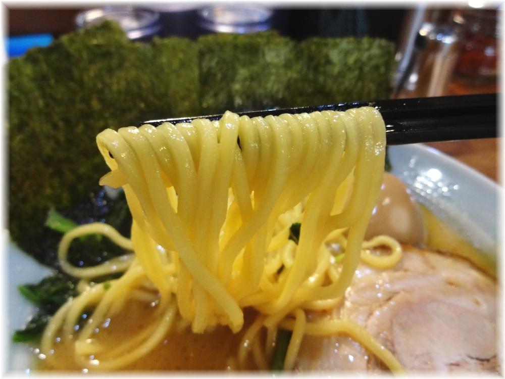 鶴一家 家系豚骨ラーメンの麺