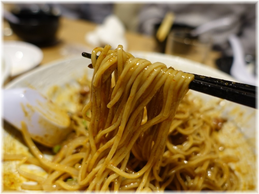 辰池袋南口店 冷やしラム担々麺の麺