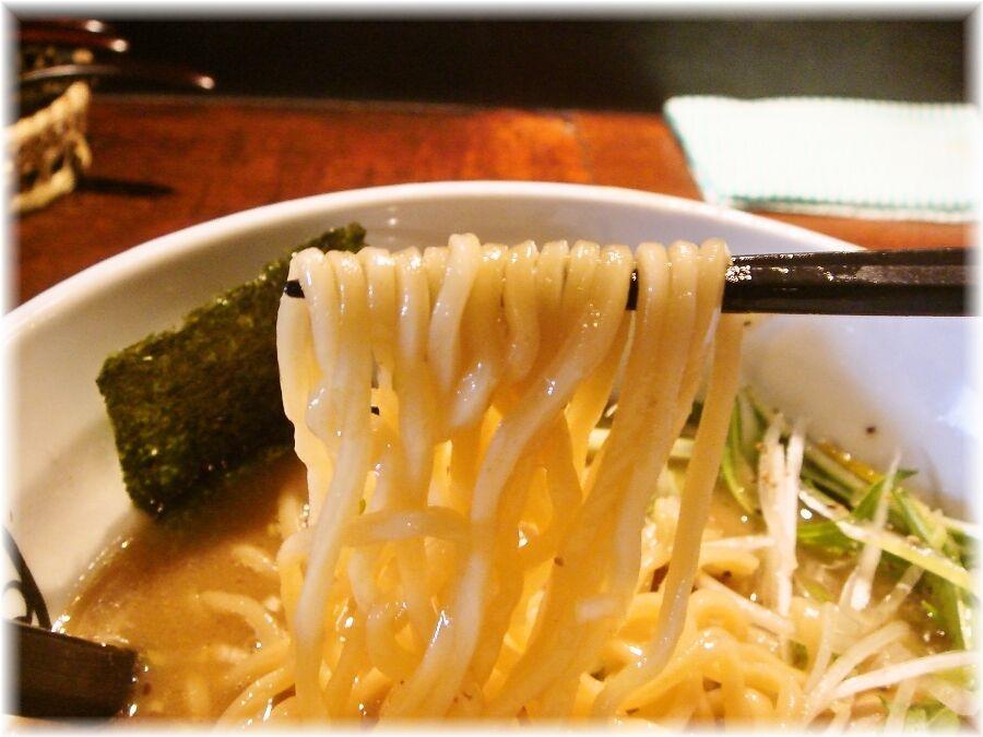 麺やすする 味玉濃厚醤油らーめんの麺