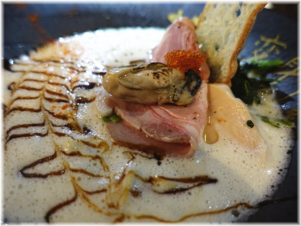 ただいま変身中 牡蠣ラーメン鯛出汁×豆乳の具