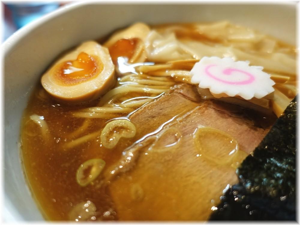 金魚 ワンタンメンに煮玉子の具