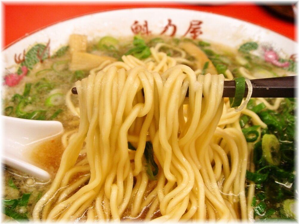 魁力屋 特製醤油ラーメンの麺