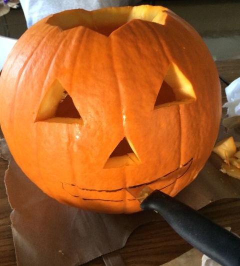 ジャックランタンのかぼちゃの目をナイフでくりぬく