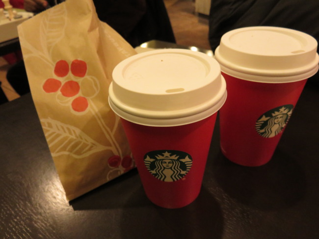 スターバックスのカップと紙袋