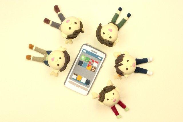 携帯電話を囲む脳たち