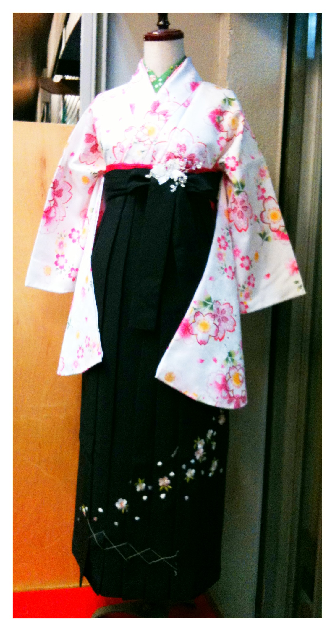 IMG_0062 こちらの袴・着物ですと 袴 38,000円の商品が ⇒10,000円 ...