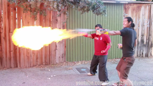 科学の力で炎を操る能力者に!両腕に火炎放射器を装着してのカンフー演武が格好いい