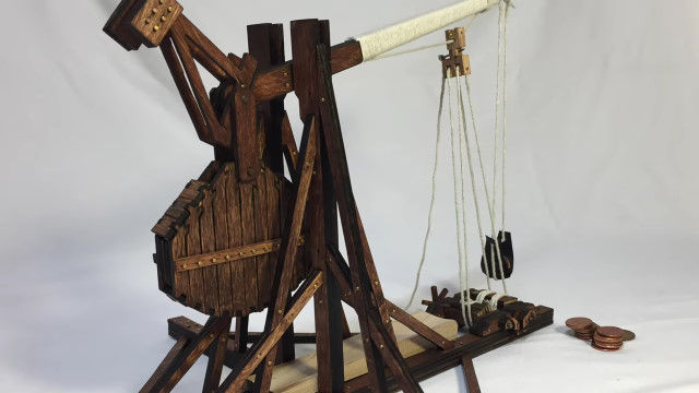 古代の攻城兵器、トレビュシェット(平衡錘投石機)の小型化キットが面白そう