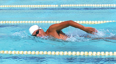 クロール←速い  平泳ぎ←遠泳に適してる  背泳ぎ←……