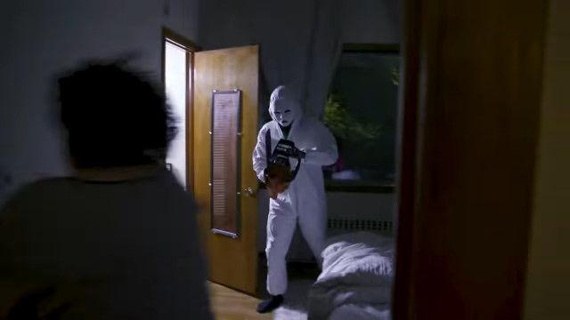 """""""恐怖""""や""""トラウマ""""を原動力に、人々を強制的に運動させる。架空の「恐怖フィットネス」をもっともらしく描いたコメディ映像"""