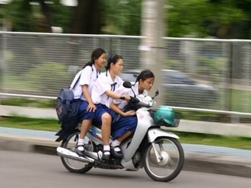原付で3人乗りした高校生、車にハネられる