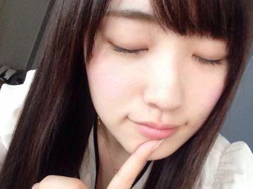 【朗報】バンダイがスマホで女の子の「キス顔」を撮影できるグッズを力技で開発 価格は200円