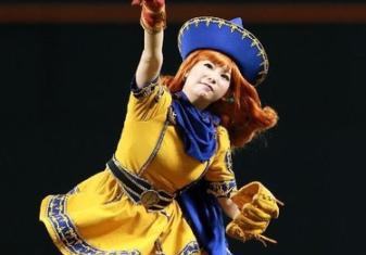 【画像】アリーナ姫(31)の始球式wwwwwwwwwwwwwwwwwwww