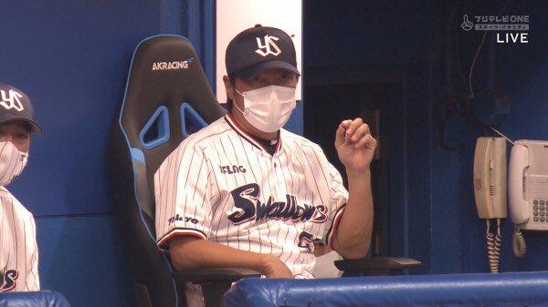 【画像】ヤクルト高津監督がゲーミングチェアに座りながら采配を振るう理由