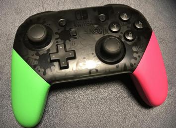 【急募】Switchのプロコン買ったらヌチャヌチャするんだが仕様か?スプラ版だが