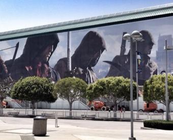 「アサシンクリード ユニティ」は4人Co-opに対応?4人のアサシンが描かれた巨大広告がE3会場に出現!!