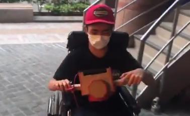 【感動】心臓の病の車椅子ユーザーのためにニンテンドーラボで操作できる車椅子が作られ話題に!