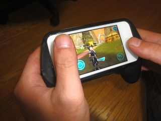 iPhone ゲーマーなら欲しくなる!iPhone/iPod touch用ゲームコントローラー型アダプター 「GameHandle」 レビュー