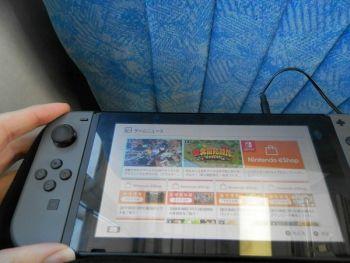 Nintendo Switchを電車でやるのって傍から見てどう思う?
