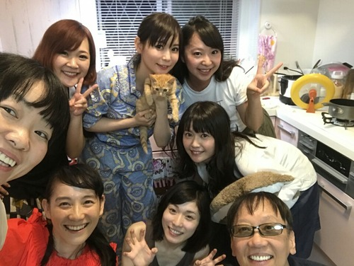 ドラクエP 堀井雄二さん、しょこたん家のホームパーティーで満面の笑顔wwww  イモトもいるぞwwwww