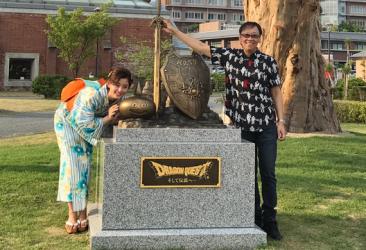【朗報】ドラクエ・堀井雄二さん、出生の地・淡路島洲本市で『ドラクエ記念碑』建立!ロト装備とスライムが銅像に