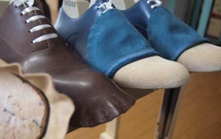 この釣り込み以外にも、例えば細かくミシンで、ダブルステッチを行っていたりとか、革を裁断していたりとかなど、 なかなか一発勝負的な作業が、靴作りにはてんこ盛り