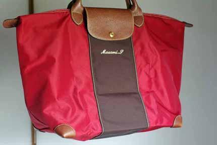 dd17efaee287 こちらはロンシャン プリアージュのクラブシリーズ。 馬の刺繍がポイントで、刺繍の色と革の断面が同じ色に染められています。  使い易い色なのか、このガンメタリック ...