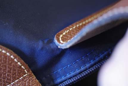03fcd85f56fe 角の部分に使用する革は本体に使われている革と同じ色合いの革で補修を行います。 持ち手付根とフラップ付根も併せて同様です。 ル プリアージュ ...