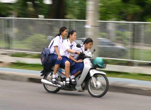 自転車用 かっこいい自転車用ヘルメット : 後頭部にヘルメットを被る原付 ...