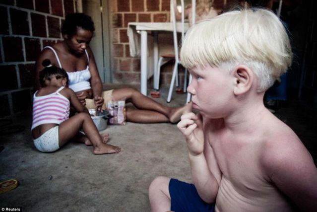 ブラジル人家族のアルビノの子供三人-001_4