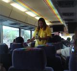 ハワイワイキキシャトルバス黄色い人お金を回収