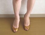 Javari.jp(ジャバリ)で注文したゴールドの靴を試着中