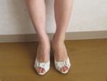 Javari.jp(ジャバリ)で注文した白い靴を試着中