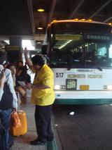 ハワイワイキキシャトルバス黄色い人