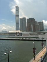 九龍半島側の高層ビルと湾岸