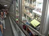 歩く歩道から香港の街を見る