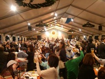 仙台でのオクトーバーフェストの模様。会場内はこの盛り上がりである