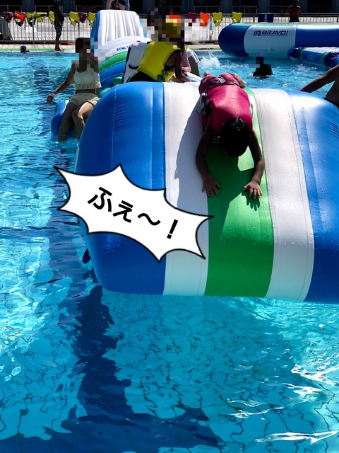 超楽しそうな水上アスレチックがあるプールへ! ②完