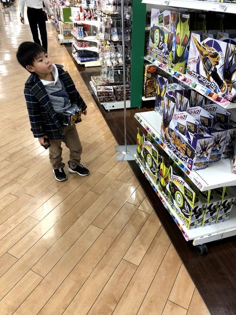 おもちゃ売り場で「持っている」優越感!